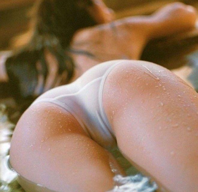 девушки в мокрых трусиках сзади уже привычно для