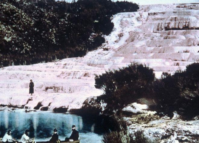 Розовые и Белые террасы Новая Зеландия Террасы на озере Ротомахана долгое время считались одним из чудес природы Новой Зеландии Террасы сформировали горячие геотермальные воды ниспадавшие по склону холма Вода оставляла слои кремнезема который впоследствии и образовал террасы В 1886 году в результате извержения вулкана Таравера террасы были разрушены На месте террас образовался кратер глубиной более 100 метров со временем превратившийся в новое озеро Ротомахана