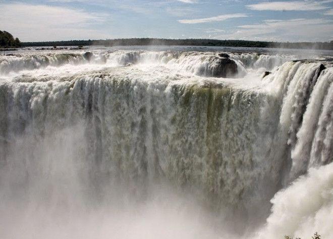 Гуайра Парагвай Водопад Гуайра на реке Паране считался самым крупным водопадом мира Его высота составляла 34 метра а ширина 4828 метров По оценкам ученых водопад имел наибольший средний расход из всех водопадов мира 793 000 м3мин В 80е годы в этом месте решено было построить ГЭС Водопад был затоплен а для улучшения навигации скалы формирующие водопад взорвали