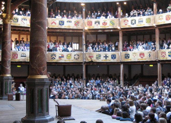 Глобус Лондон Первый театр Глобус был построен в 1599 году на средства труппы актеров Lord Chamberlains Men в составе которой был и Шекспир В 1613 году во время спектакля Генрих VIII театр уничтожил пожар Театральная пушка дала осечку в результате чего загорелась соломенная крыша и деревянные балки В 1614 году театр восстановили однако как и другие театры в 1642 году Глобус был закрыт пуританами а через два года снесен Современный Глобус открылся в 1997 году Здание было выстроено на расстоянии около 200 метров от места первоначального месторасположения театра В отличие от первого театра принимавшего 3000 зрителей в современном Глобус смотреть постановку могут не более 1300 человек