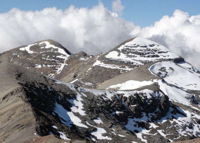 Чакалтая Боливия Единственный горнолыжный курорт в Боливии еще 15 лет мог похвастаться самой высокой трассой в мире Однако в результате изменений климата ледник сформировавшийся более 18 000 лет назад стал стремительно уменьшаться в размерах С 1980 года он уменьшился более чем на 80 Пару лет назад снегом оставалось покрыто всего несколько квадратных метров Эдсон Рамирес сотрудник института гидрологии в ЛаПасе предполагает что в 2015 году ледник полностью исчезнет